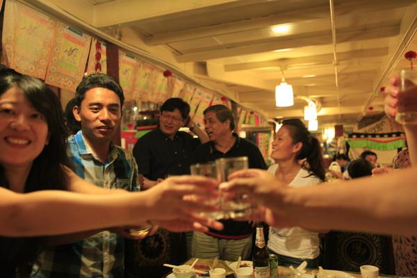 基金会与西藏医护培训学员在扎西达蝸用餐